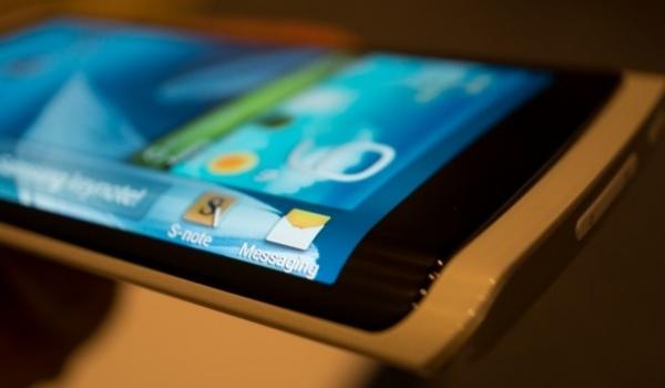 Samsung: Smartphone mit gebogenem Display kommt & F-Line Serie in Arbeit