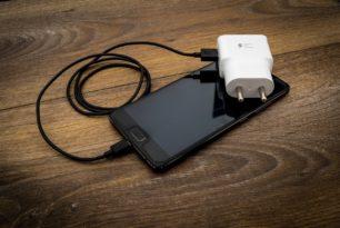 EU prüft Handlungsbedarf für einheitliche Handy-Ladegeräte erneut